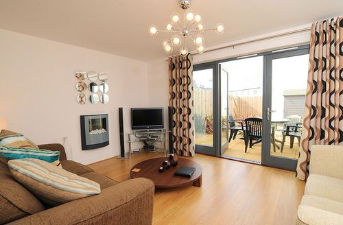 Snaptrip - Last minute cottages - Excellent Bude Parc S1432 - Living area leading to garden