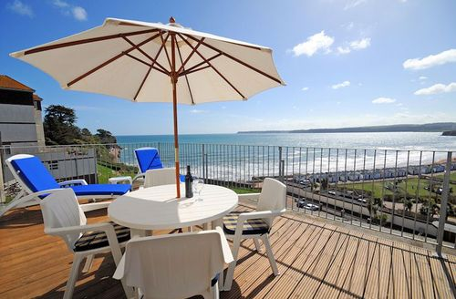 Snaptrip - Last minute cottages - Tasteful Paignton Apartment S1445 - Balcony with views out to sea and across the bay