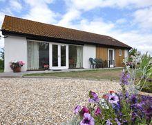 Snaptrip - Last minute cottages - Beautiful Mark Bungalow S8111 -