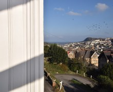 Snaptrip - Last minute cottages - Lovely Ilfracombe Apartment S42503 -