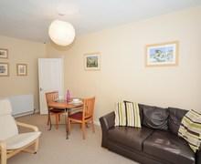 Snaptrip - Last minute cottages - Gorgeous Edinburgh Apartment S42174 -