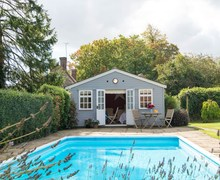 Snaptrip - Last minute cottages - Inviting Lewes Log Cabin S72469 -
