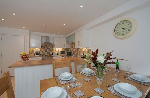 Snaptrip - Last minute cottages - Lovely Ventnor Hollies S1470 - Dining area leading to the kitchen