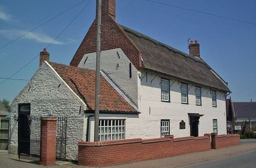 Snaptrip - Last minute cottages - Excellent Winterton On Sea Cottage S17674 -