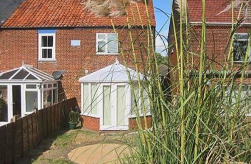 Snaptrip - Last minute cottages - Splendid Winterton On Sea Cottage S17683 -
