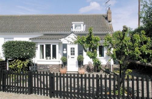 Snaptrip - Last minute cottages - Adorable Winterton On Sea Cottage S17690 -