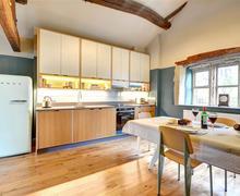 Snaptrip - Last minute cottages - Quaint Hebdon Bridge Cottage S80065 - Kitchen - View 2