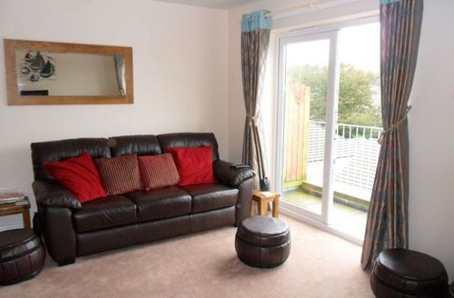 Snaptrip - Last minute cottages - Charming Par View S1484 - Living room with access to the balcony