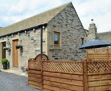 Snaptrip - Last minute cottages - Inviting Holmfirth Lodge S82680 -
