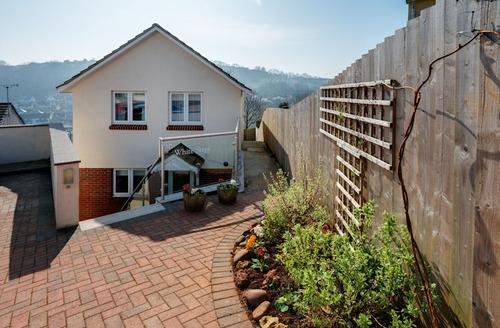 Snaptrip - Last minute cottages - Stunning Brixham Steps S1526 - White Steps