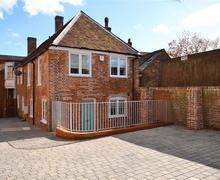 Snaptrip - Last minute cottages - Quaint Lymington Cottage S83293 - The Saltbox PS