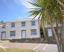 Snaptrip - Last minute cottages - Exquisite Perranporth Central Cottage S83541 - Palms