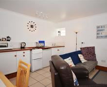 Snaptrip - Last minute cottages - Wonderful Perranporth Central Apartment S83555 - Droskyn open plan