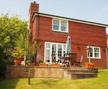 Snaptrip - Last minute cottages - Inviting Crowborough Cottage S57728 - The pretty facade of Belle Croix