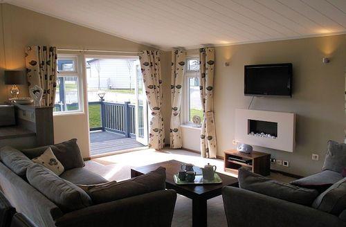 Snaptrip - Last minute cottages - Tasteful New Milton Lodge S1554 - Living area