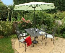 Snaptrip - Last minute cottages - Charming Snodland Cottage S50944 - Unwind and admire the garden with a glass of wine...