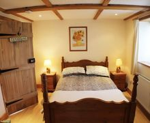 Snaptrip - Last minute cottages - Delightful Ash Cottage S50640 - Surprisingly spacious master bedroom with garden views