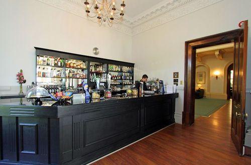 Snaptrip - Last minute cottages - Attractive Par Lodge S1576 - Trenython Manor bar