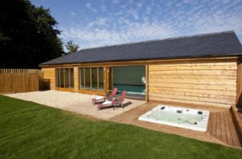 Snaptrip - Last minute cottages - Adorable Wellington Barn S1598 - Pool house and hot tub
