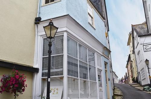 Snaptrip - Last minute cottages - Quaint Dartmouth Apartment S19295 -