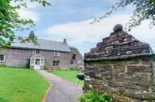 Snaptrip - Last minute cottages - Cosy Holsworthy Farmhouse S1602 - Front garden and well