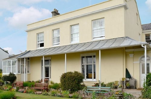 Snaptrip - Last minute cottages - Captivating Torquay Apartment S19442 -