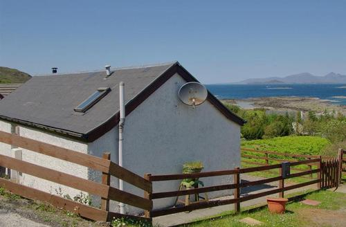 Snaptrip - Last minute cottages - Stunning Acharacle House S1616 -