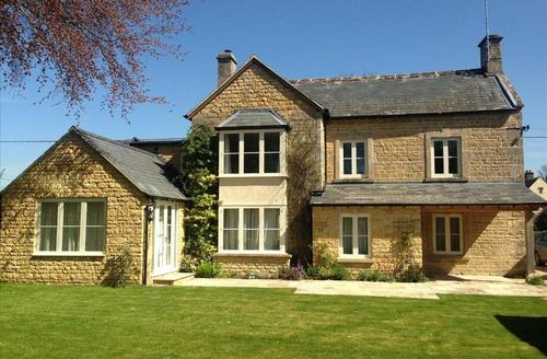 Snaptrip - Last minute cottages - Tasteful Cheltenham House S1630 - Nethercote House - A beautiful 6 bedroom detached house