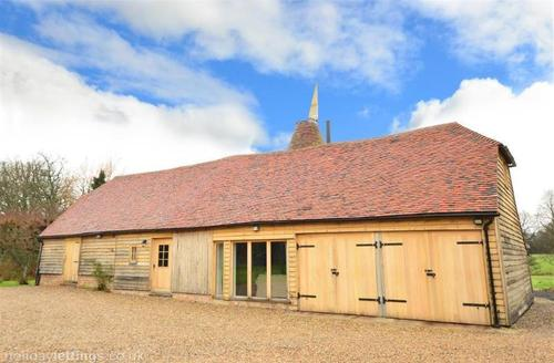 Snaptrip - Last minute cottages - Tasteful Ashford (Cb) S1633 - Stunning oast house conversion in grounds of an ancient Manor House