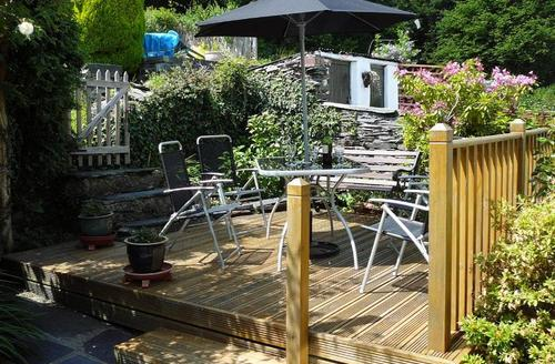 Snaptrip - Last minute cottages - Tasteful Porthmadog Terrace S1636 - Garden Decked Patio area