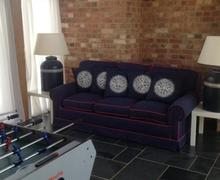 Snaptrip - Last minute cottages - Stunning Chippenham Barn S1653 -