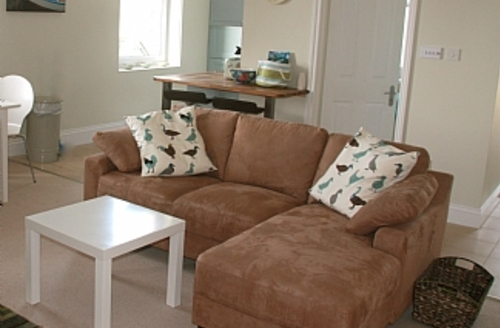 Snaptrip - Last minute cottages - Attractive Dartmouth Term! S1661 - Out to Sea living/dining room