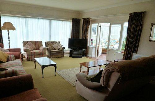 Snaptrip - Last minute cottages - Quaint Scarborough Croft S1689 - Living area