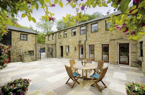 Snaptrip - Last minute cottages - Inviting  Loft S1714 - Suttons Loft courtyard and seating area, Cottage Holiday Group