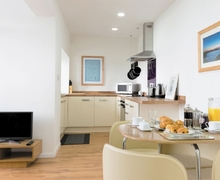 Snaptrip - Last minute cottages - Lovely Newquay Apartment S20616 -