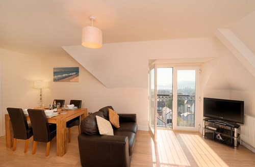 Snaptrip - Last minute cottages - Captivating Teignmouth Apartment S1774 - Living and dining room