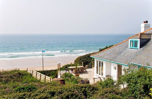 Snaptrip - Last minute cottages - Charming Helston Sands S1848 - Situated just a few yards from the beach