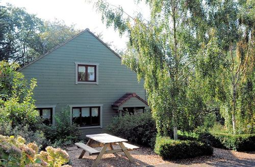 Snaptrip - Last minute cottages - Beautiful Taunton Barn S1954 - Ouside Swallows Barn, Mill Meadow