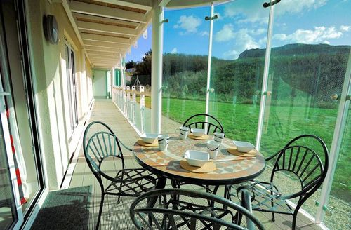 Snaptrip - Last minute cottages - Splendid Portland Views S1967 - Fully furnished balcony