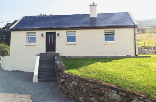 Snaptrip - Last minute cottages - Tasteful Leenaun Cottage S23953 -