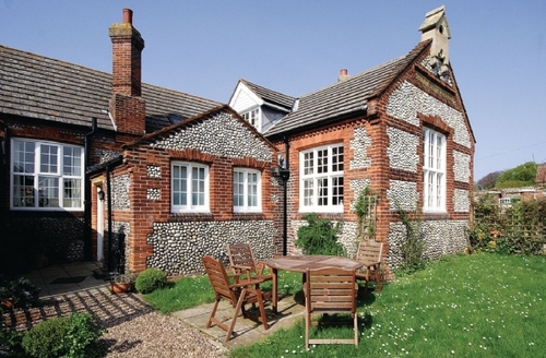Snaptrip - Last minute cottages - Quaint Blakeney Cottage S24637 -