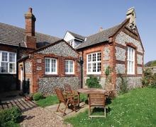 Snaptrip - Last minute cottages - Quaint Blakeney Cottage S24637 -