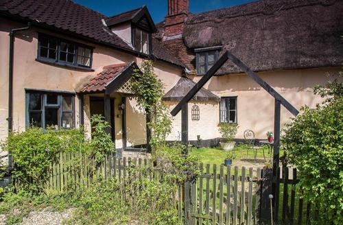 Snaptrip - Last minute cottages - Spacious Thatched Farmhouse S25597 -