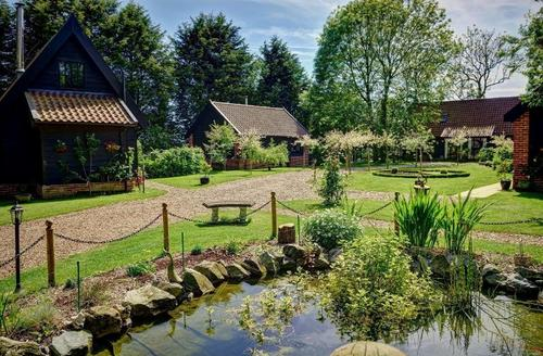 Snaptrip - Last minute cottages - Gold Award Winning Suffolk Barns S25711 -