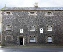 Snaptrip - Last minute cottages - Tasteful Thetford Gaolhouse S2246 -