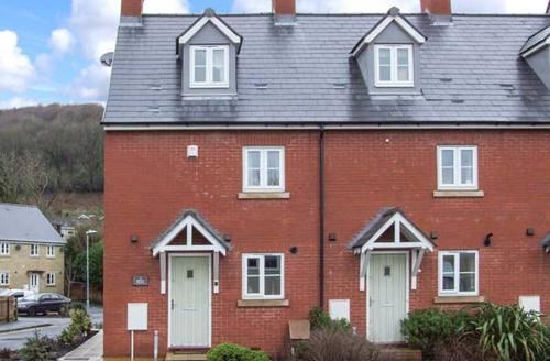 Snaptrip - Last minute cottages - Quaint Dursley Terrace S2431 -