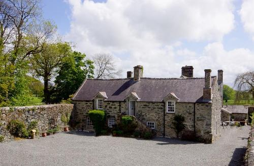 Snaptrip - Last minute cottages - Tasteful Anglesey Cottage S26920 - Hen-Gran-exterior