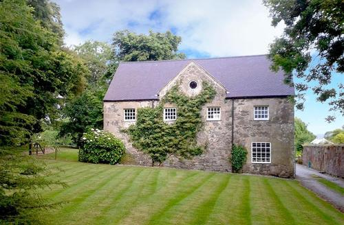 Snaptrip - Last minute cottages - Cosy Anglesey Cottage S26983 - Henblas-Coach-house-exterior-light-O-15