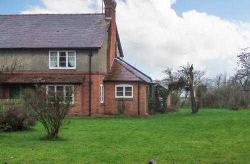 Snaptrip - Last minute cottages - Excellent Gloucester Cottage S2669 -