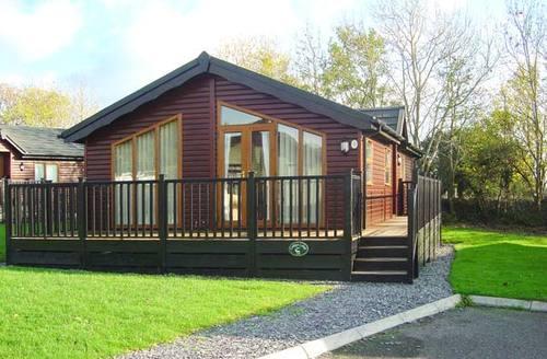Snaptrip - Last minute cottages - Beautiful Looe Lodge S2819 -